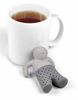 Un infuseur Mister Tea adossé à un mug de thé