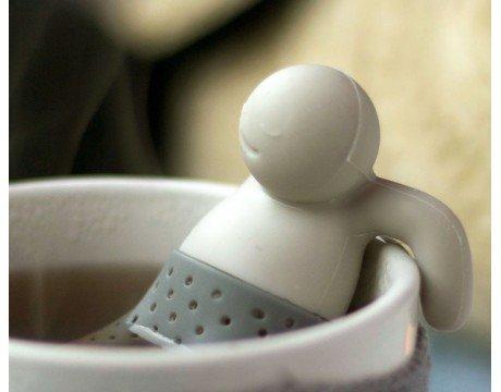 Mister Tea prenant son bain dans une tasse de thé